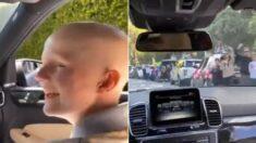 '암 완치' 판정받고 집으로 돌아오는 아이를 위해 온 동네 사람들이 다 모였다 (영상)
