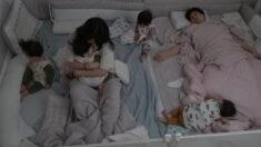 대단하다는 말이 절로 나오는 '육아 난이도' 최상 '네쌍둥이' 재우기(영상)